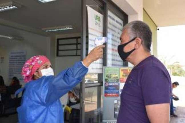 Paciente passa por triagem do novo coronavírus em unidade de saúde de Sertãozinho, no interior de São Paulo. Prefeitura adotou cloroquina contrariando parecer do comitê da covid-19.