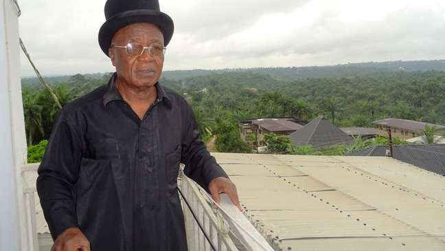 O pai de Adaobi, Chukwuma Hope Nwaubani, vive em uma terra pertencente a Nwaubani Ogogo