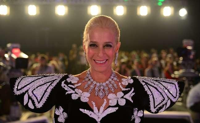 Andréa Beltrão como Hebe, com a reprodução do icônico vestido usado pela apresentadora na estreia no SBT, em abril de 1986