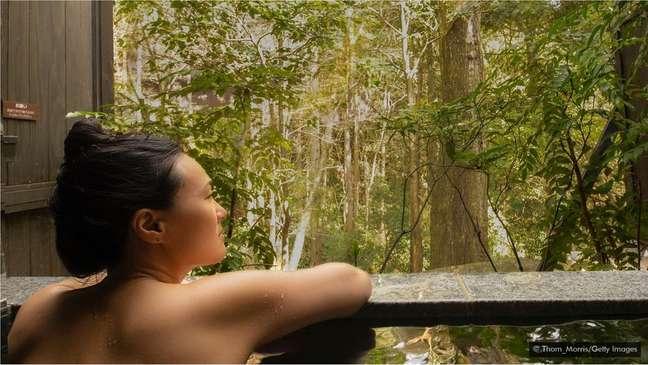 Acredita-se que o conceito japonês de 'hadaka no tsukiai' (algo como 'comunhão da nudez') remova barreiras e aproxime as pessoas