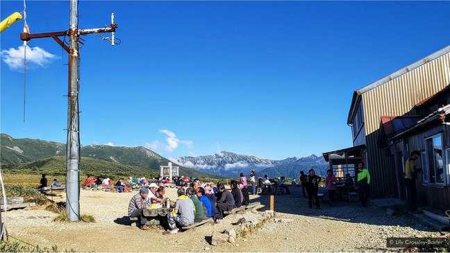 Há uma série de cabanas isoladas na montanha, onde os andarilhos podem comer e dormir