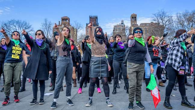 Protesto inspirado no coletivo feminista La Tesis, cuja intervenção para denunciar crimes sexuais deu visibilidade a casos no Chile