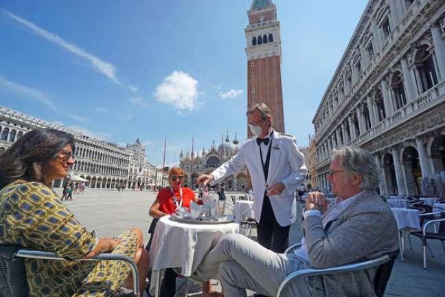 Turistas na Praça San Marco, centro histórico de Veneza, em 12 de junho
