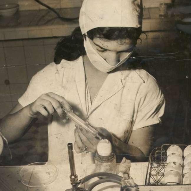 Técnica da Fundação Oswaldo Cruz trabalhando na produção de vacina contra o tétano, março de 1963.