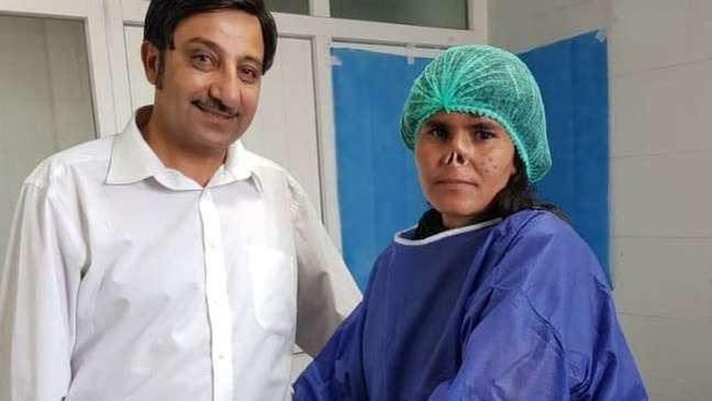 Médico Zalmai Khan Ahamadzai realizou a cirurgia gratuitamente