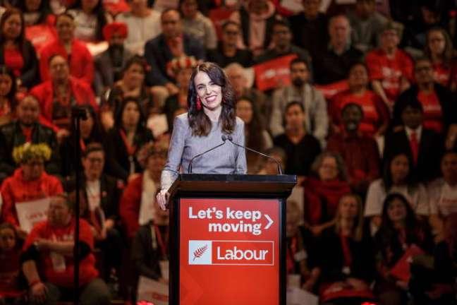 A trabalhista Jacinda Ardern lidera pesquisas para eleições de setembro