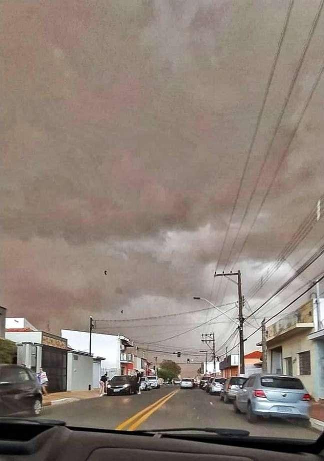 Tempestade de areia atingiu várias cidades do interior de São Paulo e provocou ventania.