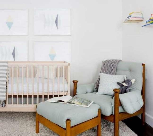 9. Decoração clean para quarto de bebê com poltrona decorativa com puff – Foto: Casa de Valentina