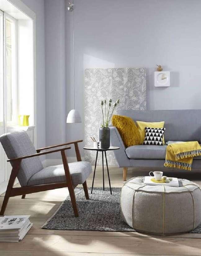2. Decoração de sala cinza com poltrona decorativa de madeira – Foto: Pinterest