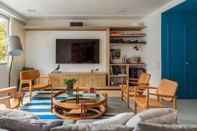 8. Decoração de sala de estar com poltronas decorativas de madeira – Foto: Adriana Valle e Patrícia Carvalho