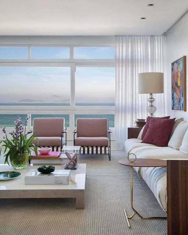 33. Kit poltrona decorativa para sala ampla com estilo moderno e sofisticado – Foto: Babi Teixeira