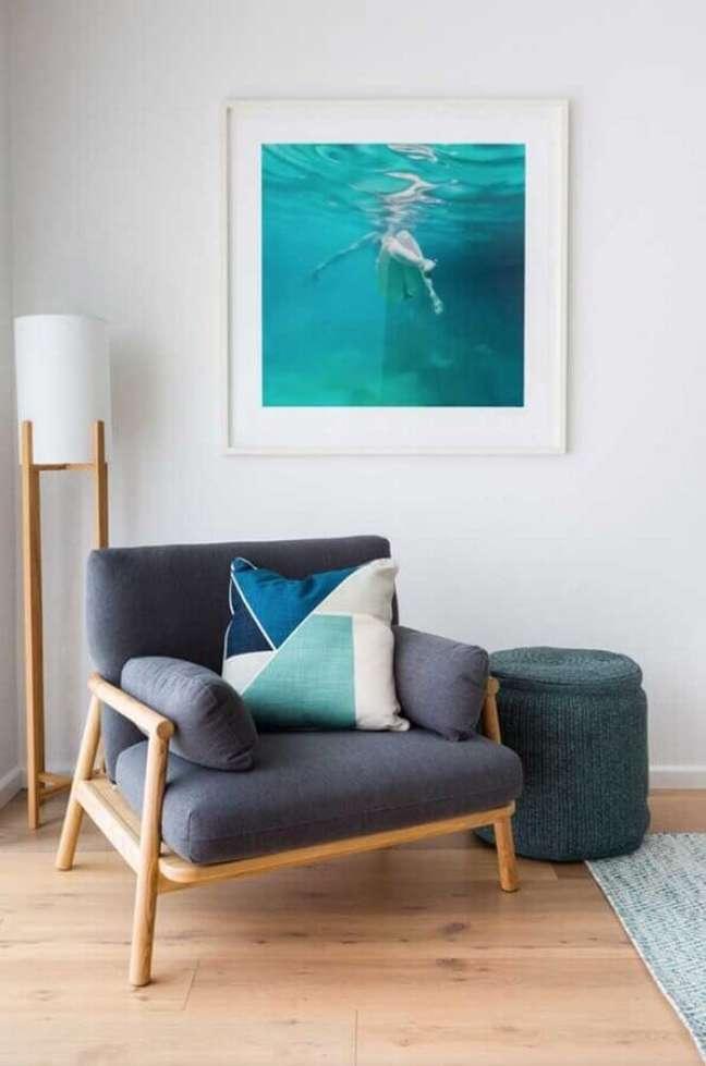 40. Poltrona decorativa cinza com estrutura de madeira – Foto: Pinterest