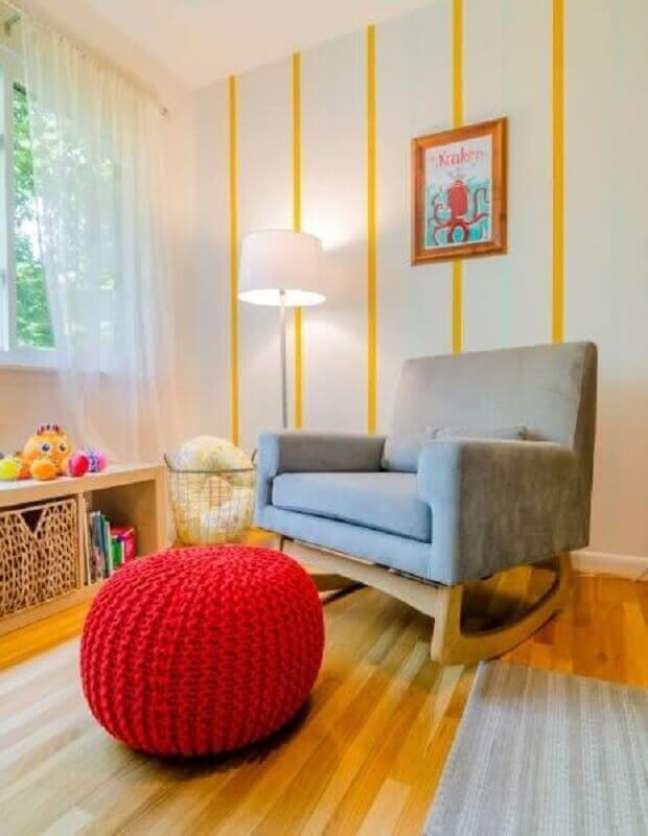 41. Invista na poltrona decorativa cinza de balanço para a decoração do quarto infantil – Foto: Home Fashion Trend