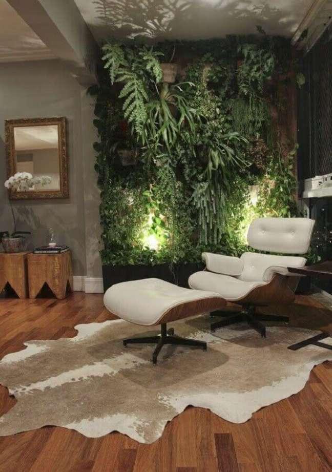 45. Modelo confortável de poltrona decorativa com puff – Foto: Apartment Therapy