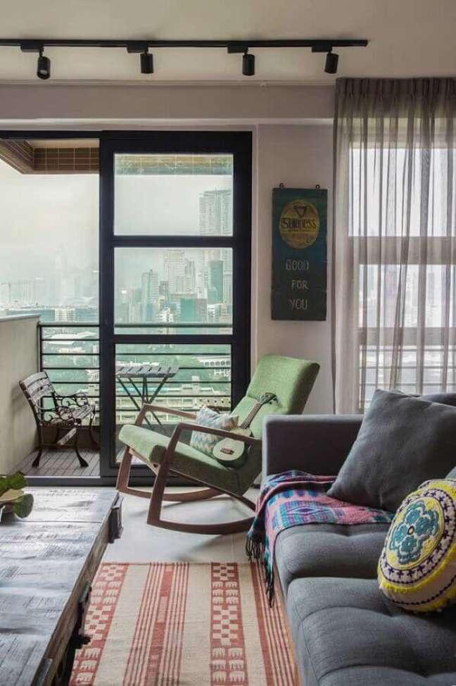 48. Sala simples decorada com sofá cinza e poltrona decorativa de balanço – Foto: Pinterest