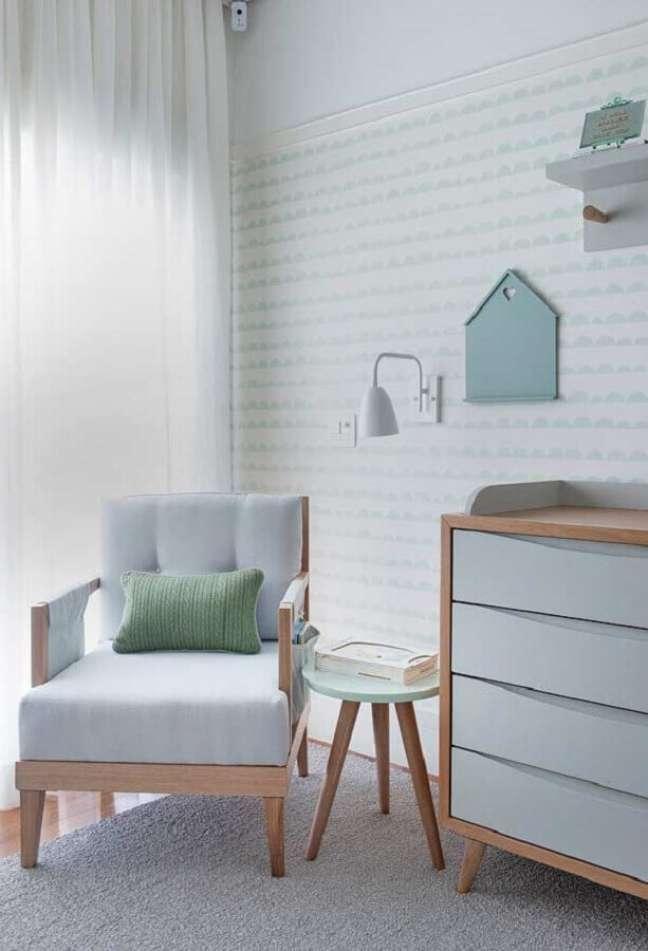 50. Delicada decoração para quarto de bebê em tons pastéis com poltrona decorativa de madeira – Foto: Pinterest