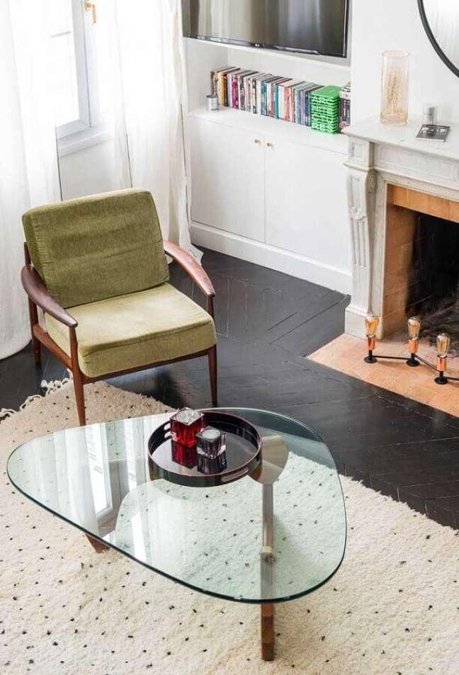 53. Modelo simples de poltrona decorativa de madeira para sala com mesa de centro de vidro – Foto: Houzz