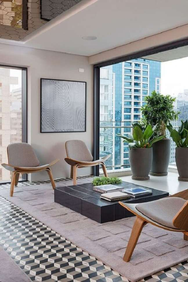 65. Sala moderna com varanda integrada decorada com dupla de poltronas decorativas de madeira – Foto: Casa de Valentina
