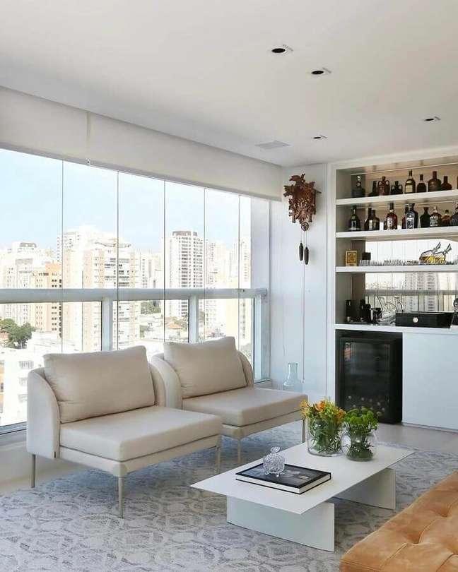68. Varanda gourmet decorada com poltronas decorativas brancas confortáveis – Foto: SP Estúdio Arquitetura