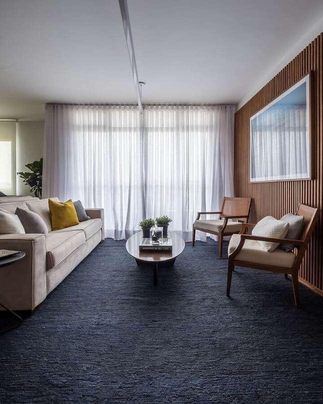 69. Poltronas decorativas de madeira para sala ampla decorada com tapete preto – Foto: SP Estúdio Arquitetura