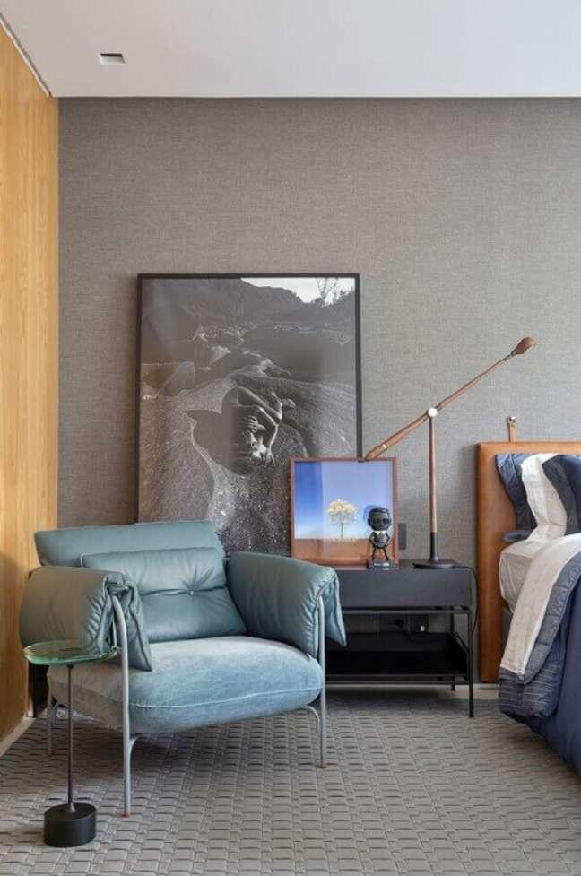73. Poltrona decorativa para quarto de casal cinza moderno com cabeceira estofada marrom – Foto: Casa de Valentina