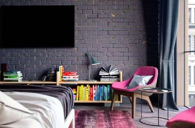74. Poltrona decorativa para quarto moderno com parede de tijolinho pintada de preto – Foto: Home Fashion Trend
