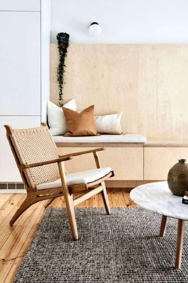 79. Decoração de sala com poltrona decorativa de madeira com encosto de telinha – Foto: Room & Board