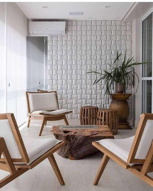 82. Varanda decorada com revestimento 3D e poltronas decorativas de madeira – Foto: Revestindo a Casa