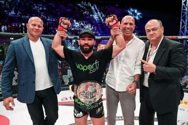 Patrício Pitbull é o atual campeão dos penas e dos leves do Bellator (Foto: Reprodução/Bellator MMA)