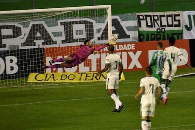 O Coelho fez um bom jogo diante do Juventude, mas perdeu muitos gols e saiu de Caxias do Sul apenas com um empate-(Mourão Panda/América-MG)