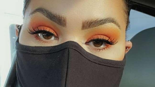 A YouTuber Melina Basnight recomenda maquilagem forte para os olhos em pessoas que usam máscaras