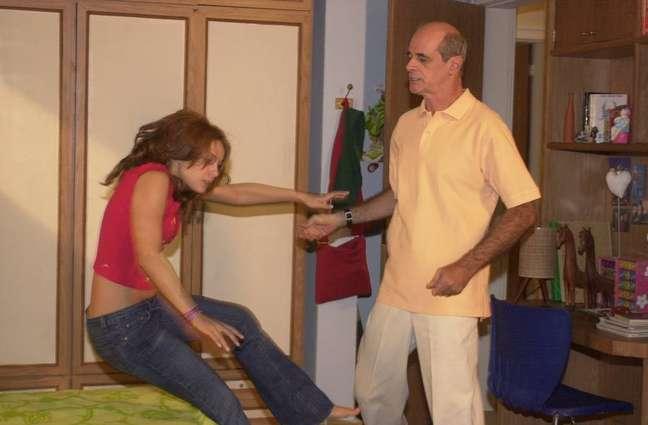 Doris (Regiane Alves) apanha de seu pai, Carlão (Marcos Caruso) em cena de 'Mulheres Apaixonadas'.