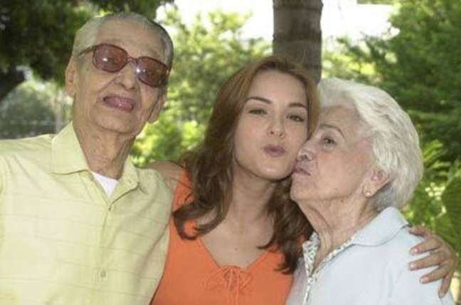 Leopoldo (Oswaldo Louzada), Doris (Regiane Alves) e Flora (Carmem Silva).