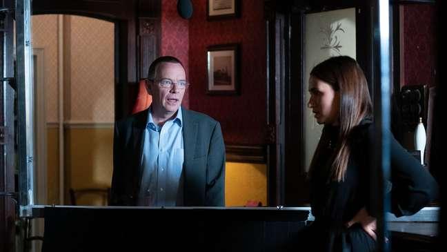 Ian Beale (interpretado por Adam Woodyat) e Dotty Cotton (interpretada por Milly Zero) atuam em ambos os lados de uma tela de acrílico