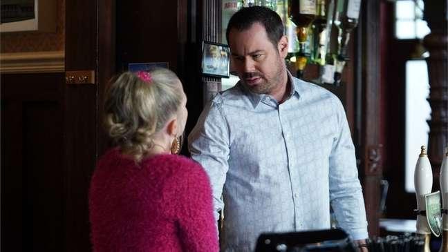 Atores mantêm distanciamento social durante filmagem de cena de novela britânica