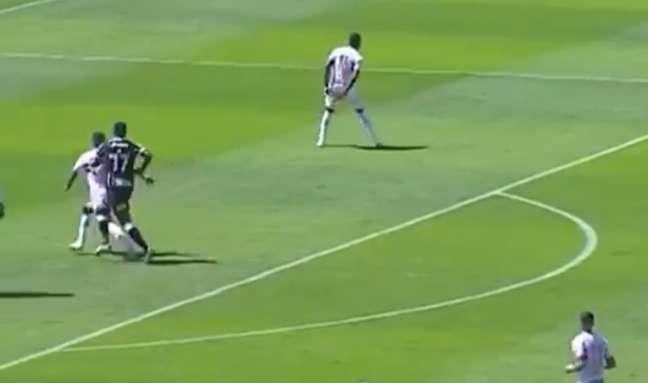 Momento no qual o atacante Jô aparece acertando as costas do zagueiro Diego (Imagem: Reprodução/Premiere)