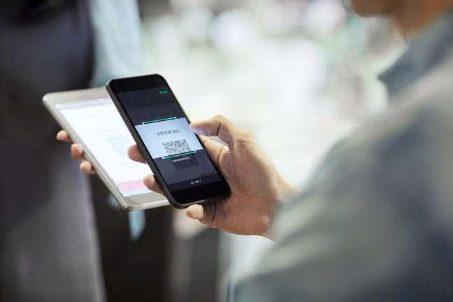 """Semelhante ao que ocorre em alguns locais, o pagamento por QR Code do Pix será feito por meio do smartphone, que atuará como um """"leitor do valor"""" a ser transferido"""