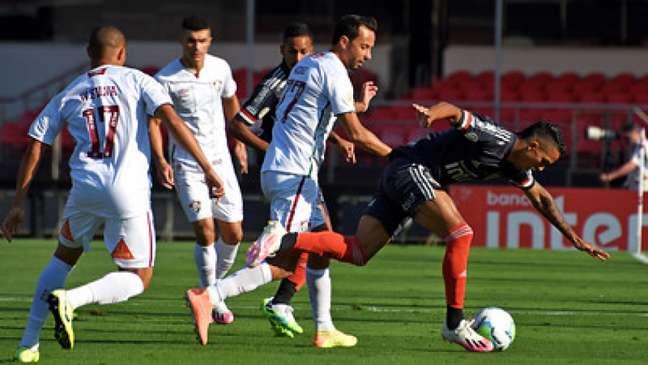 Nenê duela com Igor Vinícius no Morumbi (Foto: MAILSON SANTANA/FLUMINENSE FC)