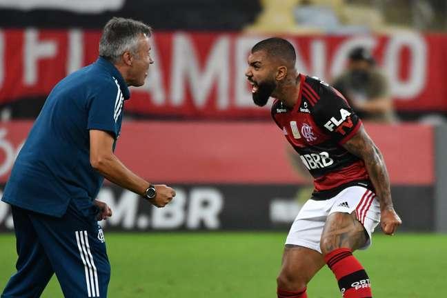 Domenèc Torrent e Gabigol comemoram gol do Flamengo