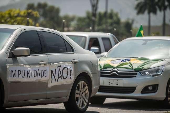 Manifestantes fazem uma carreata em apoio à Operação Lava Jato, no bairro da Barra da Tijuca, na zona oeste da cidade do Rio de Janeiro