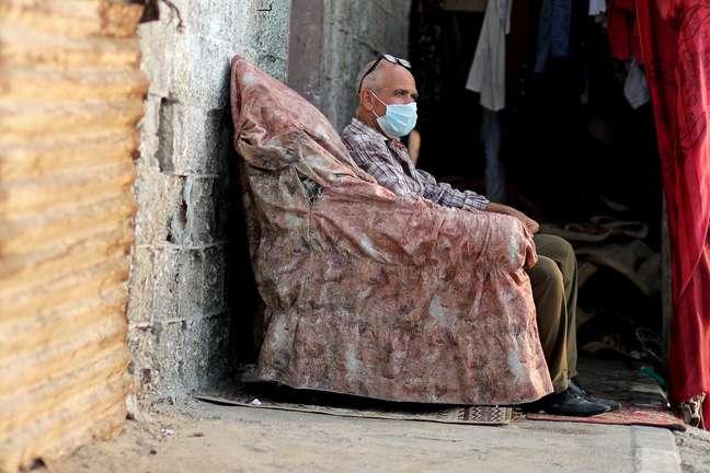 Palestino com máscara sentado do lado de fora de casa em campo de refugiados em Gaza 04/09/2020 REUTERS/Mohammed Salem