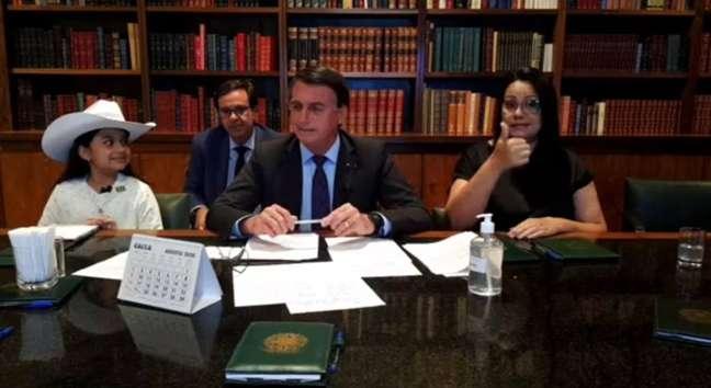 Bolsonaro insistiu para saber se a youtuber mirim Esther Castilhos, de dez anos, que participava da transmissão ao seu lado, tomaria uma vacina 'sem comprovação científica'