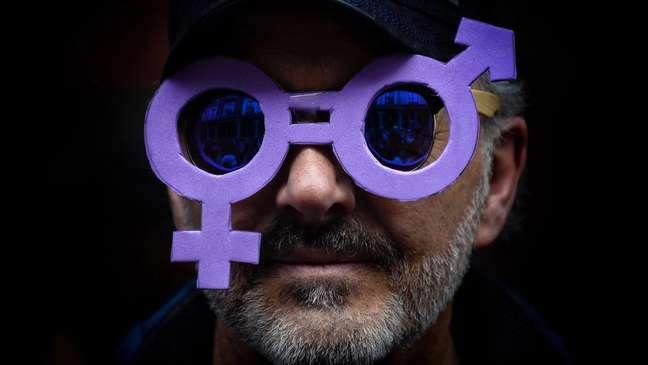 Hombre con unas gafas color púrpura