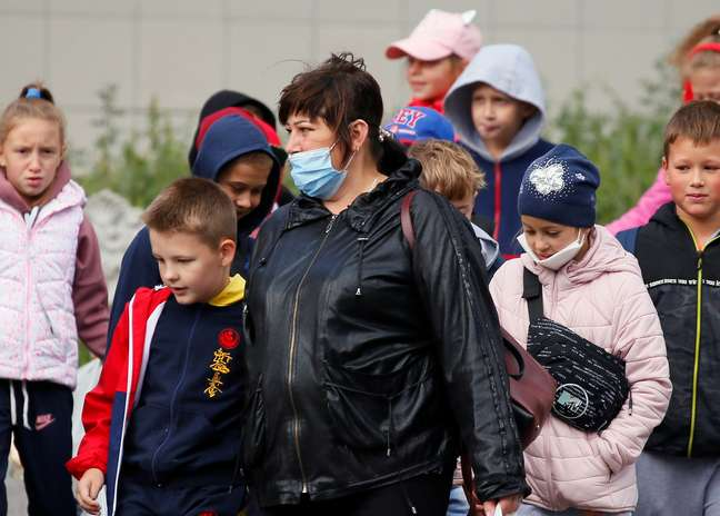Mulher acompanha crianças na Ucrânia 18/09/2020 REUTERS/Gleb Garanich