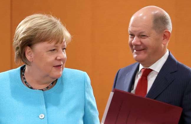 Chanceler da Alemanha, Angela Merkel, ao lado do ministro das Finanças, Olaf Scholz, em Berlim  10/06/2020 REUTERS/Fabrizio Bensch
