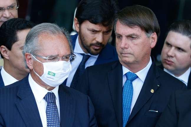 Paulo Guedes e Jair Bolsonaro  falam à imprensa após reunião com líderes partidários e de governo realizada no Palácio da Alvorada, em Brasília