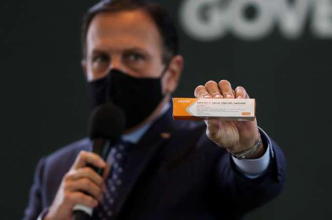 Governador João Doria segura caixa da potencial vacina contra a Covid-19 da Sinovac 21/07/2020 REUTERS/Amanda Perobelli