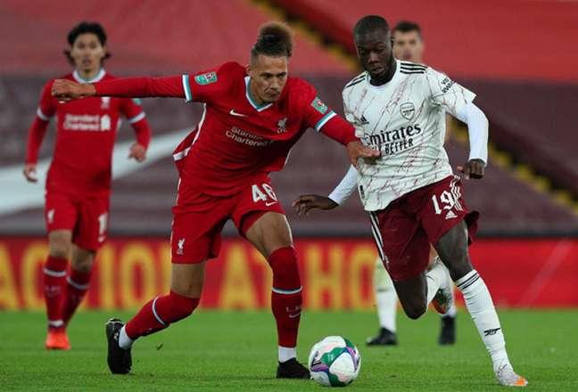 Com muitos reservas em campo, times ficaram no 0 a 0 (Foto: AFP)