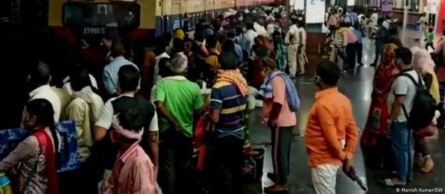 Estação de trem na Índia: maioria das mortes por covid-19 foi em cidades, mas pandemia se espalha para interior