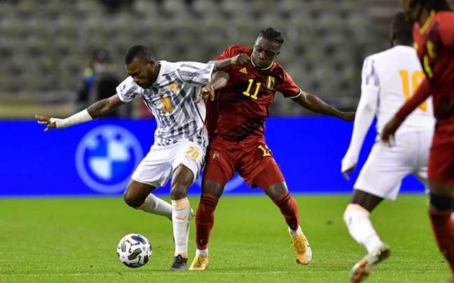 Doku e Dié disputam a bola durante amistoso em Bruxelas (Foto: AFP)